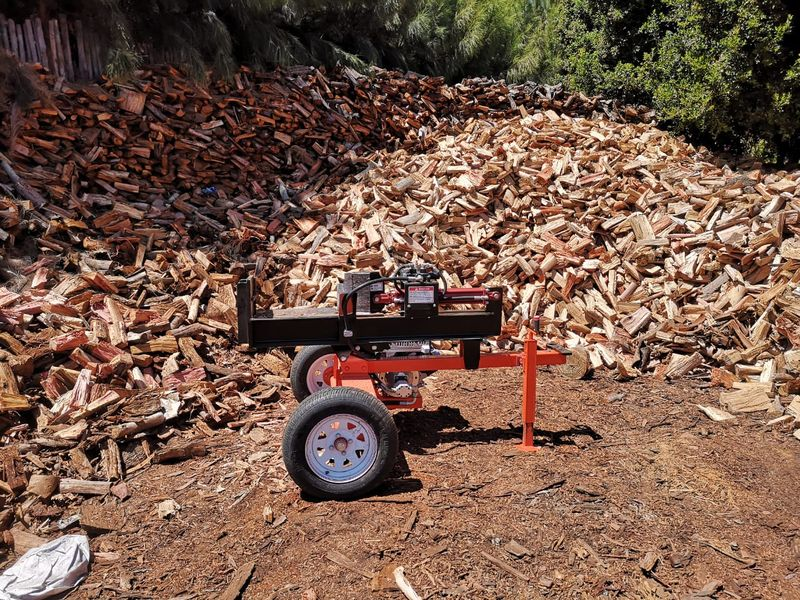 TOMCAT Log Splitters built by TOMCAT Chippers in Action splitting large volumes of firewood for the braai. One of Africas toughest splitters (3)